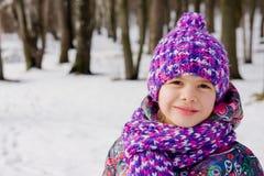 Verticale d'une fille en stationnement de l'hiver Image stock