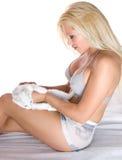 Verticale d'une fille et d'un chat Images stock