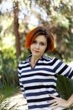 Verticale d'une fille rousse mignonne Photographie stock libre de droits