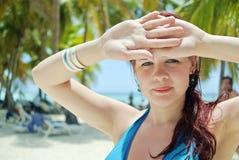 Verticale d'une fille sur la plage Images libres de droits