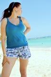 Verticale d'une fille sur la plage Photo libre de droits
