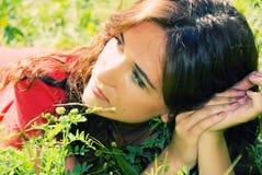 Verticale d'une jeune belle femme Image libre de droits