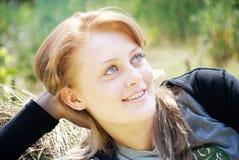 Verticale d'une jeune belle femme Photo libre de droits