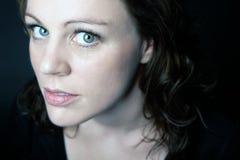 Verticale d'une jeune belle femme Photographie stock libre de droits