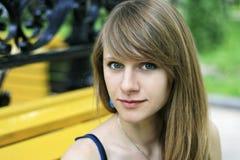 Verticale d'une jeune belle fille Image stock