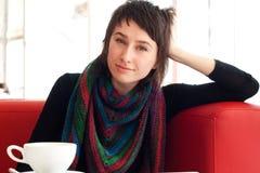Verticale d'une jeune belle fille avec le tricotage Photographie stock