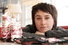 Verticale d'une jeune belle fille avec le tricotage Image stock