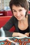 Verticale d'une jeune belle fille avec le tricotage Photos libres de droits