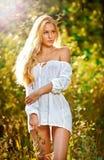 Verticale d'une jeune femelle blonde sensuelle sur la zone Images stock