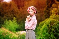 Verticale d'une jeune femme attirante Image libre de droits