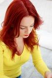 Verticale d'une jeune femme attirante d'affaires photographie stock