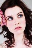 Verticale d'une jeune femme avec  le oeil    écarquiller Image stock