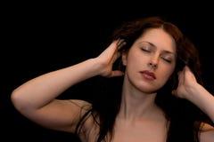 Verticale d'une jeune femme avec les yeux fermés Photographie stock