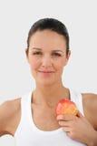 Verticale d'une jeune femme avec une pomme photo libre de droits