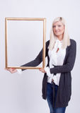 Verticale d'une jeune femme blonde Photographie stock libre de droits
