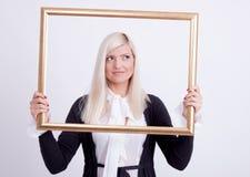 Verticale d'une jeune femme blonde Photographie stock