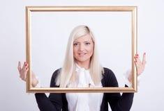 Verticale d'une jeune femme blonde Image libre de droits