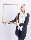 Verticale d'une jeune femme blonde Photos libres de droits