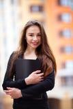 Verticale d'une jeune femme d'affaires Photos stock