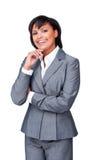 Verticale d'une jeune femme d'affaires avec les bras pliés Photo stock