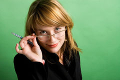 Verticale d'une jeune femme d'affaires de sourire Image libre de droits