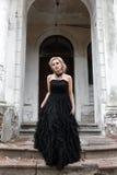 Verticale d'une jeune femme dans la robe noire mariage Images stock
