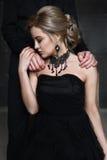 Verticale d'une jeune femme dans la robe noire mariage Photos libres de droits