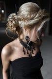 Verticale d'une jeune femme dans la robe noire mariage Photo stock