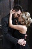 Verticale d'une jeune femme dans la robe noire mariage Photos stock
