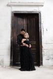 Verticale d'une jeune femme dans la robe noire mariage Photographie stock libre de droits