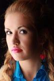 Verticale d'une jeune femme dans le studio Photo libre de droits