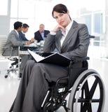 Verticale d'une jeune femme dans un fauteuil roulant Photo stock
