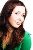 Verticale d'une jeune femme de beauté dans des vêtements verts Image libre de droits