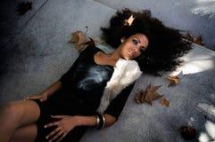 Verticale d'une jeune femme de couleur en stationnement photographie stock libre de droits