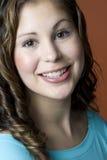 Verticale d'une jeune femme de sourire image stock