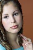 Verticale d'une jeune femme de sourire photo libre de droits