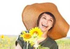 Verticale d'une jeune femme de sourire avec le tournesol Image libre de droits