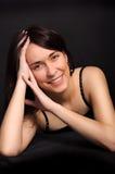 Verticale d'une jeune femme de sourire de brunette Image libre de droits