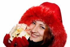 Verticale d'une jeune femme de sourire donnant un cadeau Image libre de droits