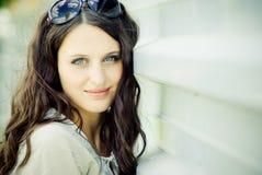Verticale d'une jeune femme heureuse Photos stock