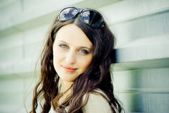 Verticale d'une jeune femme heureuse Photographie stock libre de droits