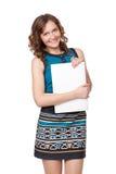 Verticale d'une jeune femme heureuse posant avec un ordinateur portable image stock