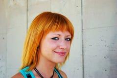 Verticale d'une jeune femme red-haired image libre de droits
