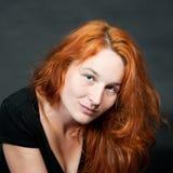 Verticale d'une jeune femme rousse sexy photographie stock