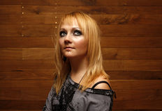Verticale d'une jeune femme sur le fond en bois Photographie stock