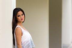 Verticale d'une jeune fille asiatique Images libres de droits