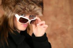 Verticale d'une jeune fille avec le capuchon de fourrure Images libres de droits