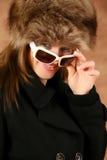 Verticale d'une jeune fille avec le capuchon de fourrure Photographie stock libre de droits