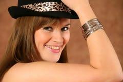 Verticale d'une jeune fille avec le chapeau Photo libre de droits