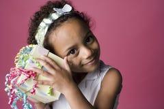 Verticale d'une jeune fille noire avec un présent image stock